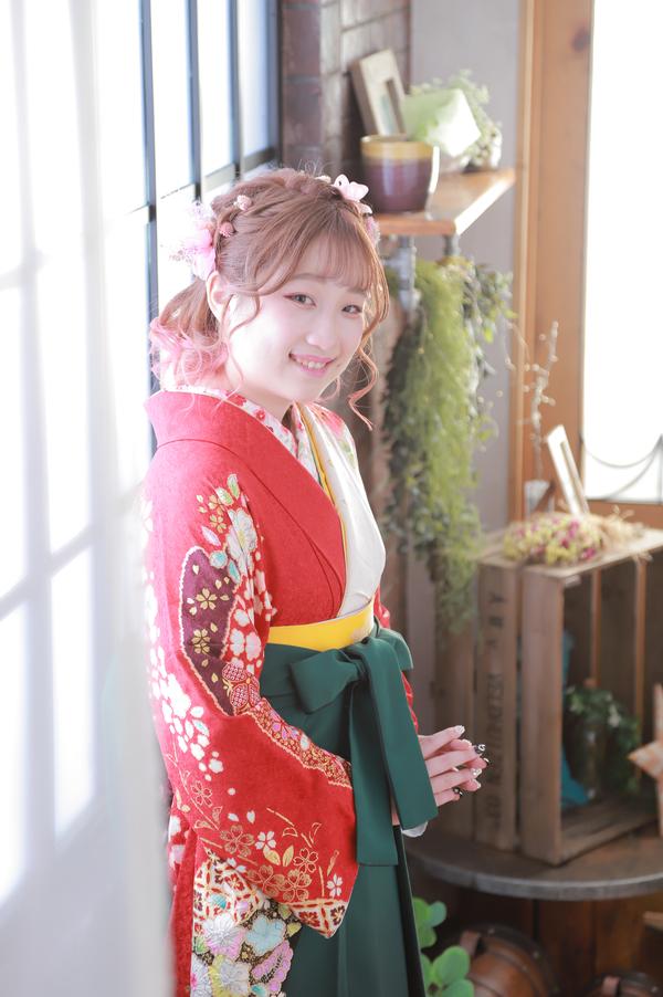 卒業式は袴姿で記念写真
